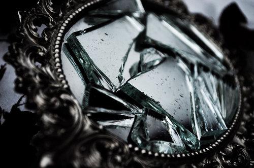 Image courtesy of : http://www.lovethispic.com/image/46853/broken-mirror